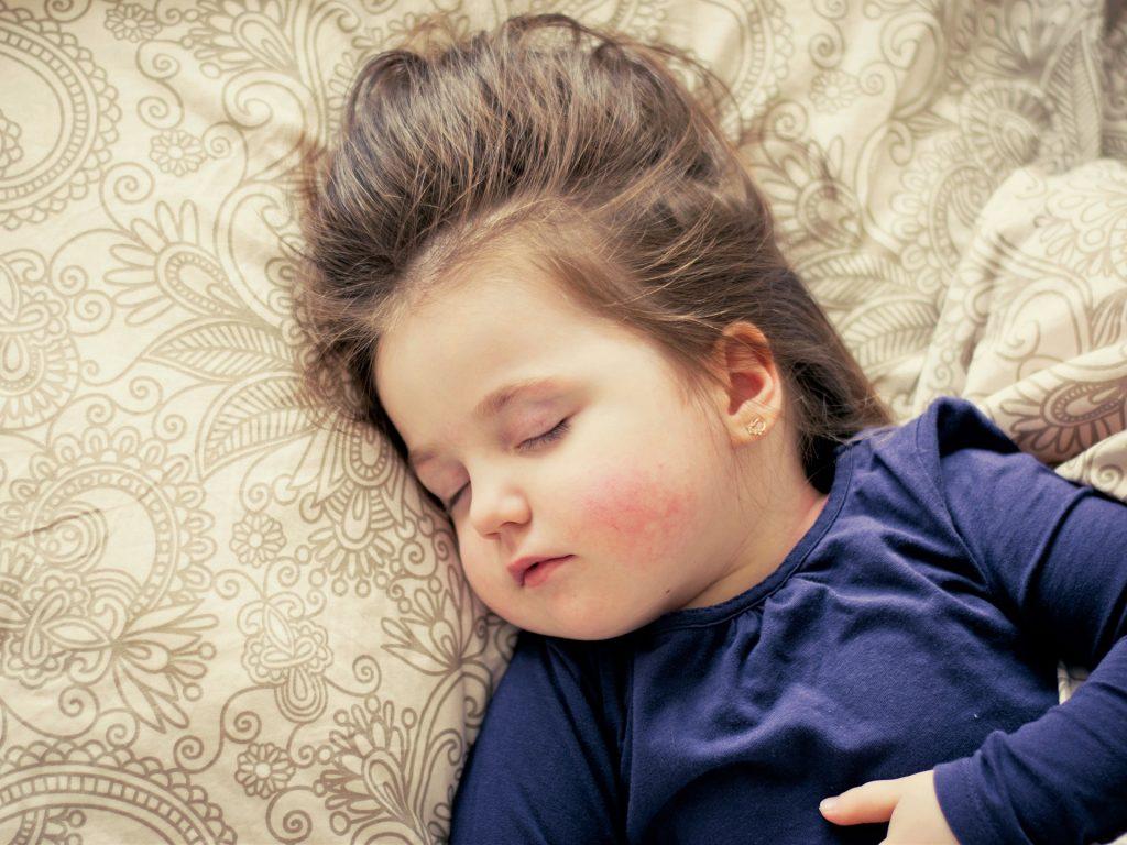Wie Kinder richtig schlafen lernen auf koerperfett-analyse.de